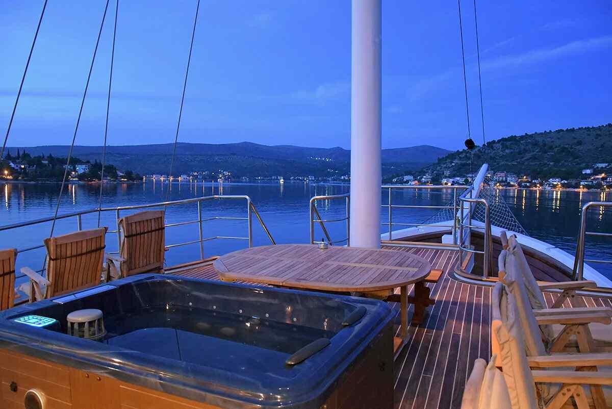 Cesarica - Jacuzzi on Deck