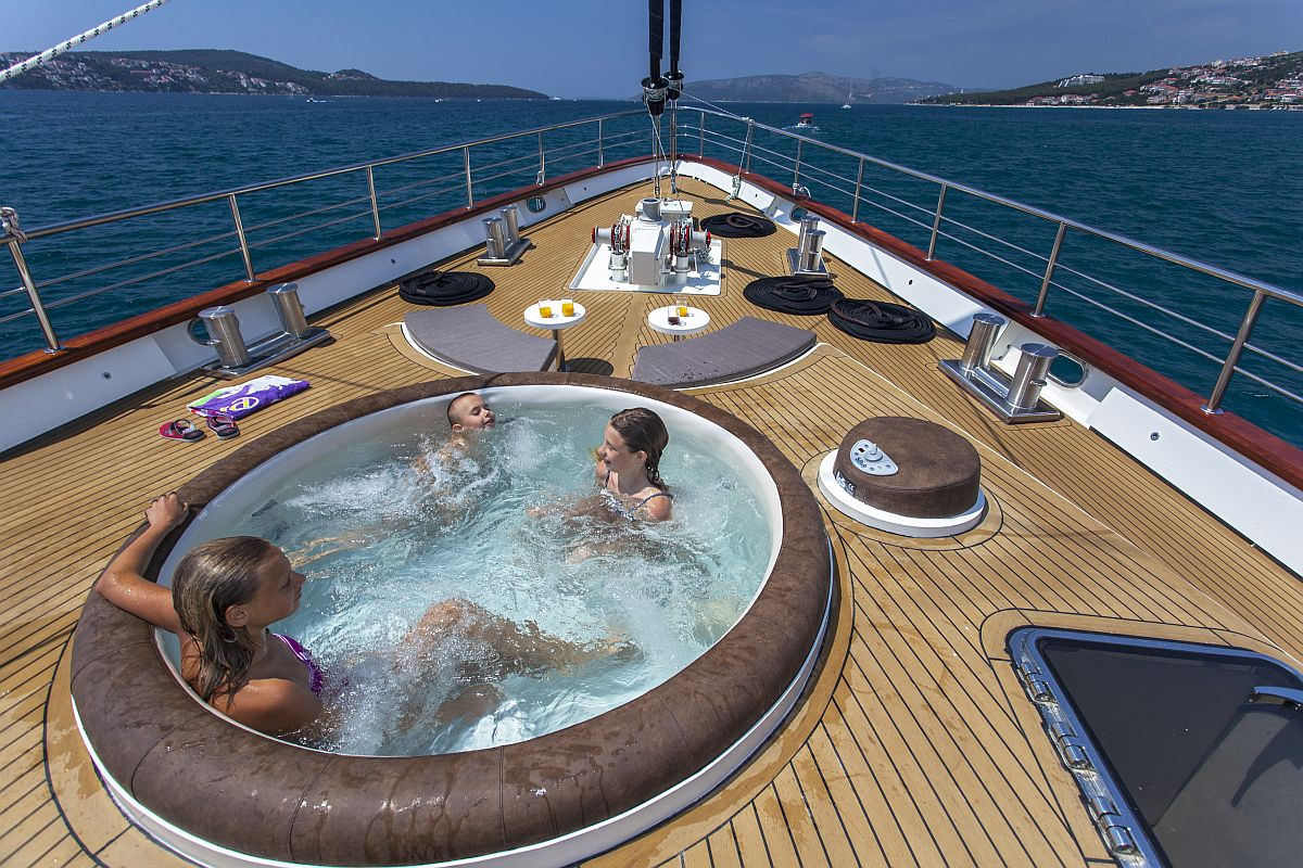 Navilux - Deck with jacuzzi