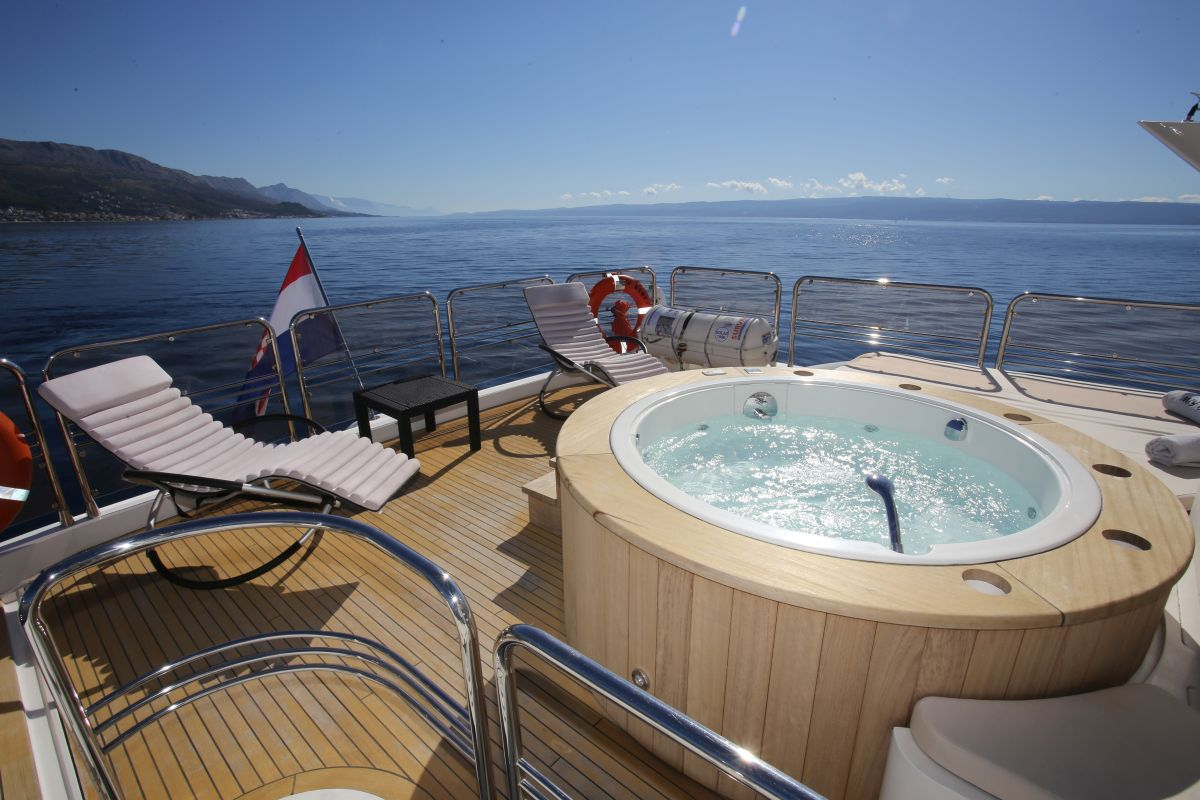 Baby I - Deck with jacuzzi