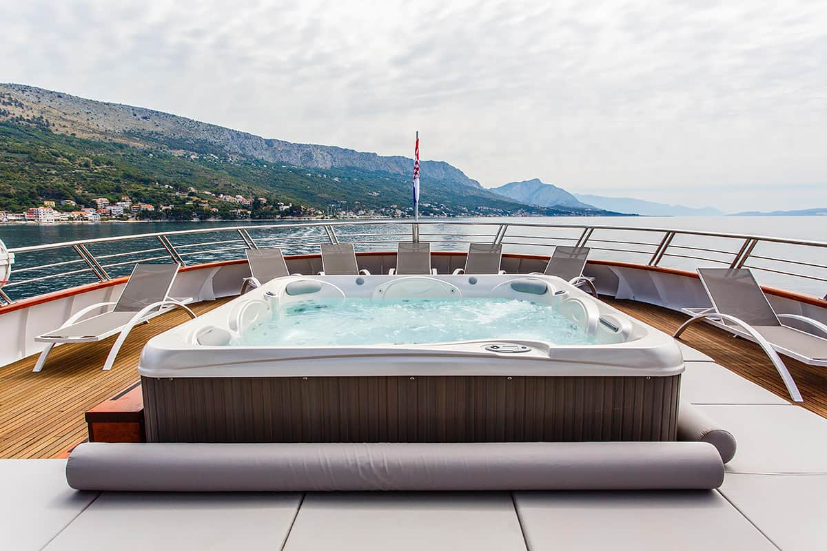 Ban - deck with jacuzzi